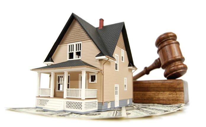 Дом, судебный молоток и деньги
