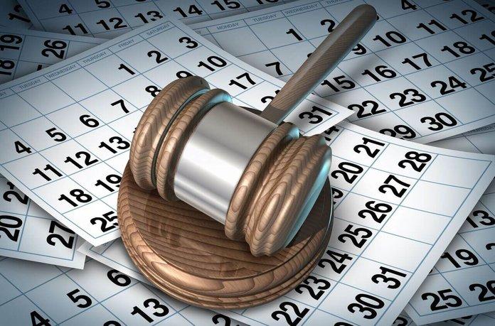 Календарь и судебный молоток