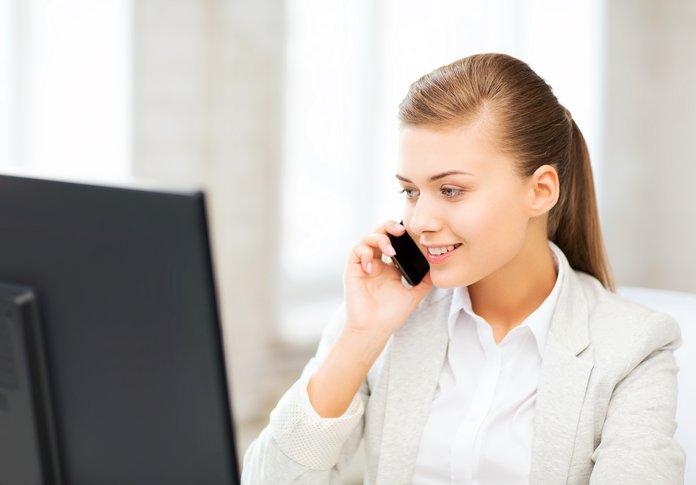 Сотрудница страховой компании отвечает на звонок