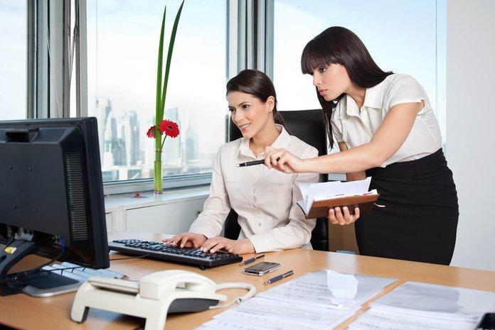 Сотрудницы перед компьютером