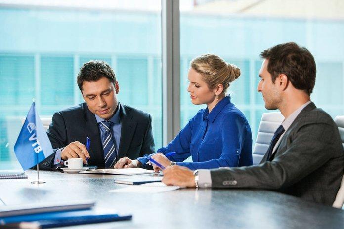 Сотрудник банка с клиентами