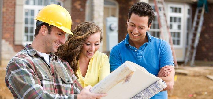 Строитель показывает клиентам план