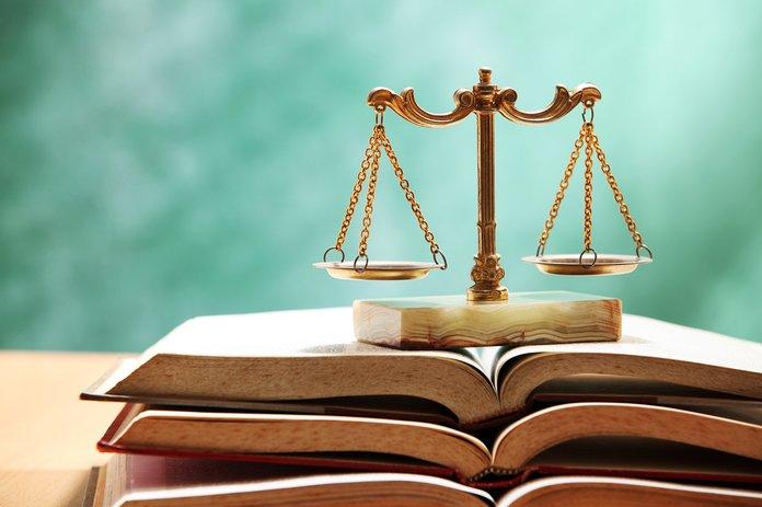 Судебные весы и книги