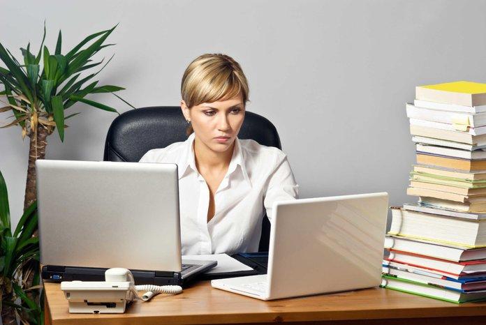 Сотрудница работает за компьютером