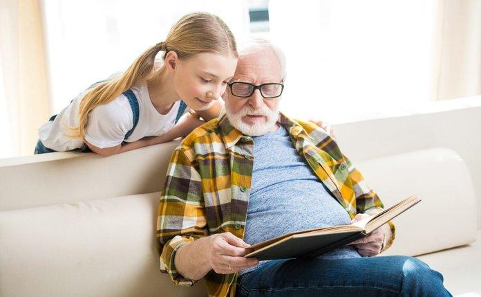 Пенсионер и внучка