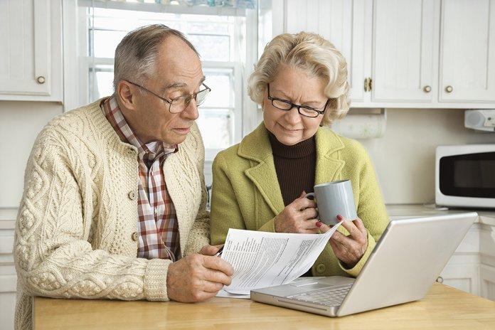 Пенсионеры рассматривают бумаги