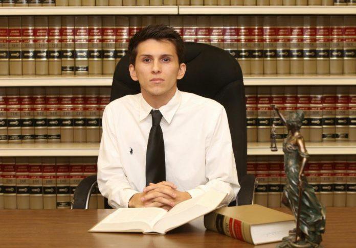 Нотариус в своем офисе