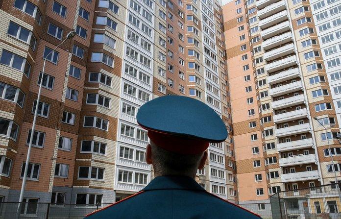 Милиционер смотрит на своё служебное жильё