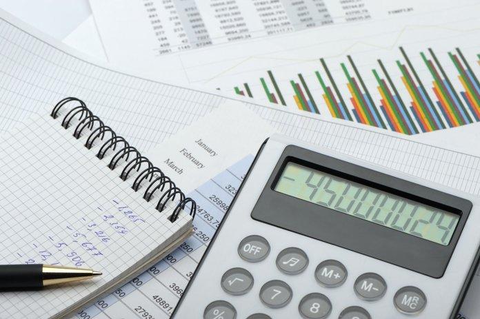 Калькулятор и бумаги с подсчетами