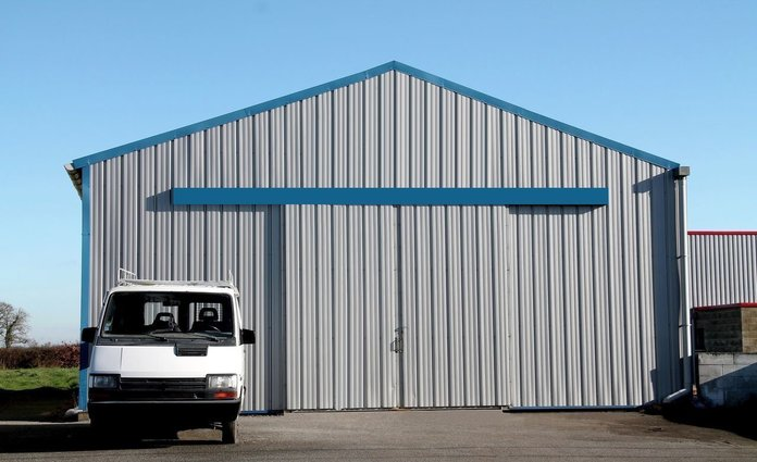 Крупный гараж и маршрутка