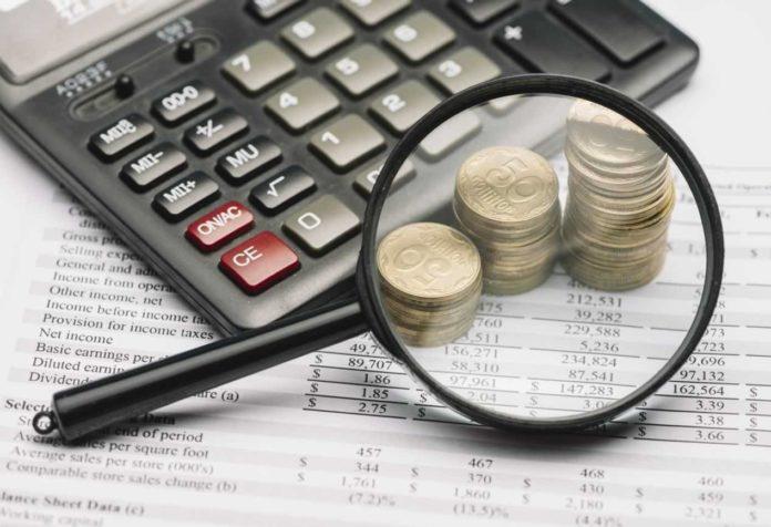 Лупа, деньги, калькулятор и документы