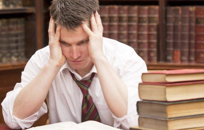 Мужчина изучает юридические книги