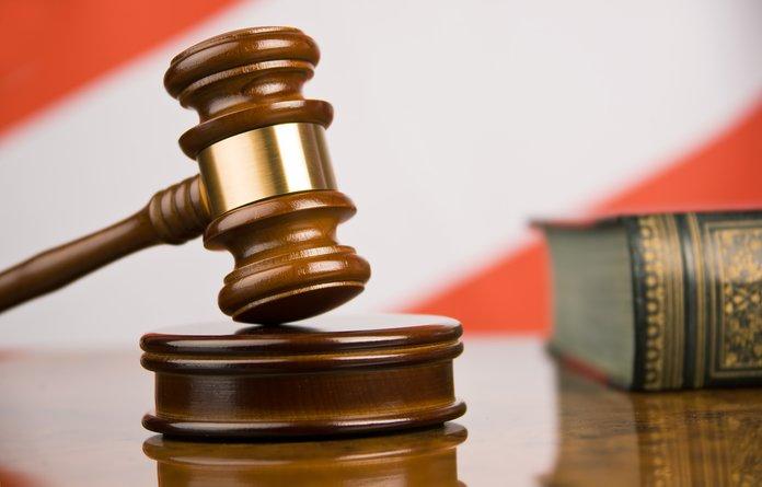 Судебный молоток и уголовный кодекс