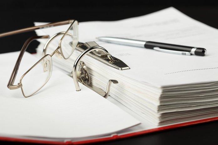 Папка с документами и очки