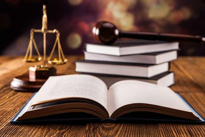 Принадлежности судьи - кодекс, судебный молоток и весы