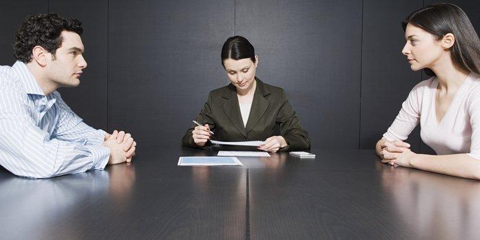 Пара оформляет доверенность у нотариуса