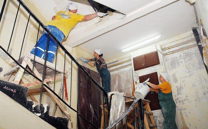 Работники делают ремонт в доме