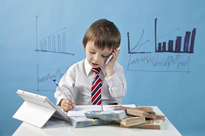 Ребенок считает деньги и говорит по телефону