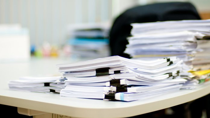 Стопки бумаг на столе