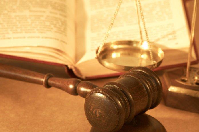 Судебный молоток, кодекс и весы