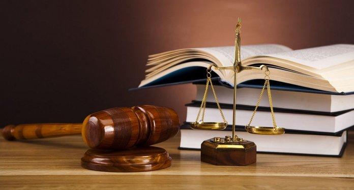 Книги, весы и молоток судьи