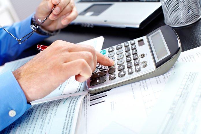 Мужчина вычисляет размер налогов