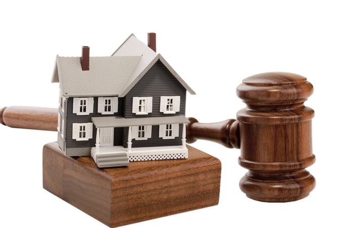 Дом и молоток судьи