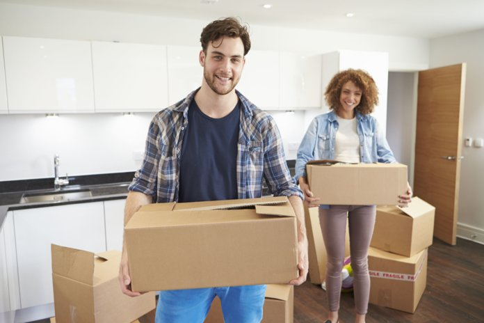 Супруги собирают вещи в коробки