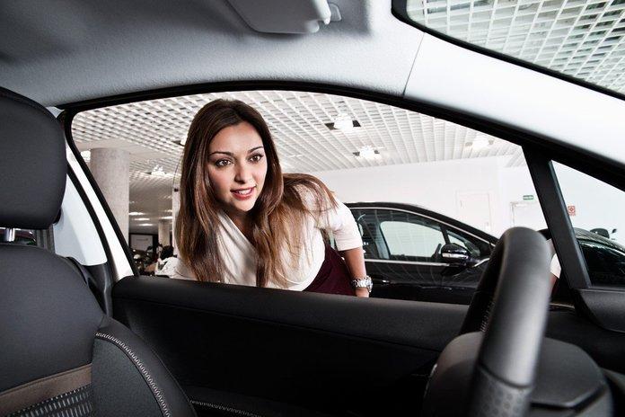 Девушка рассматривает машину