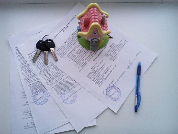 Документы, ключи и детская игрушка