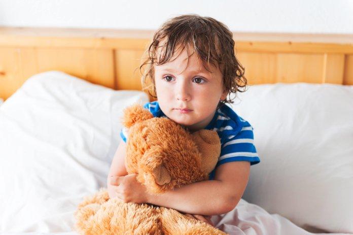 Ребёнок с медвежонком