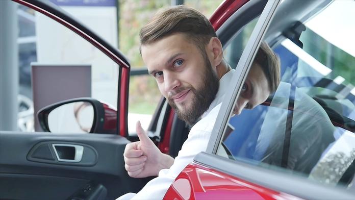 Довольный владелец машины