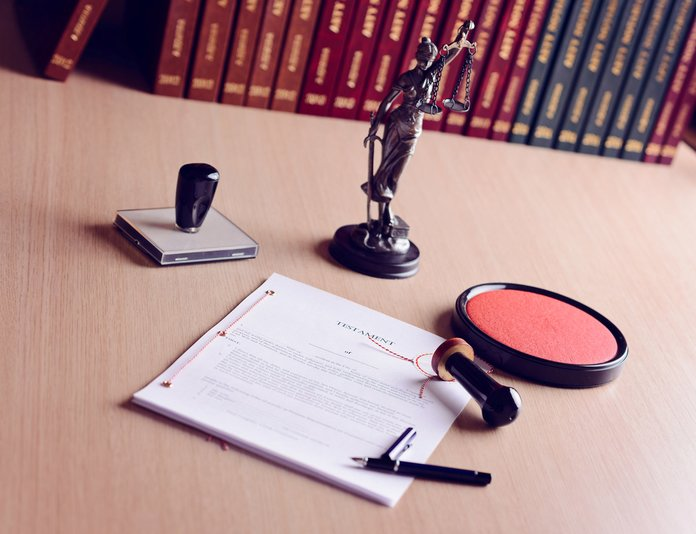 Стол нотариуса, печать и документы