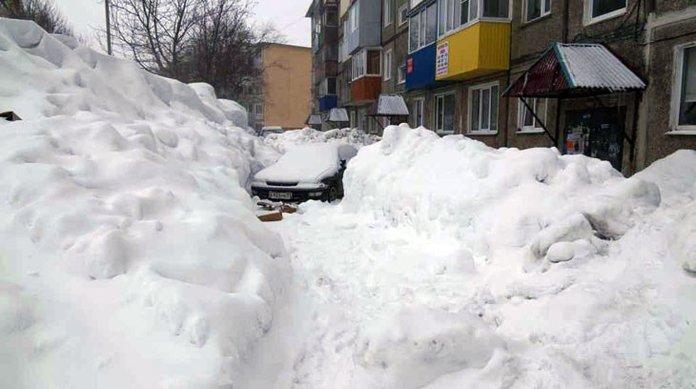 Двор завален снегом