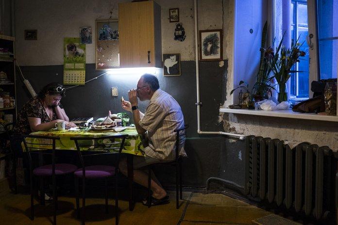 Супруги ужинают на кухне