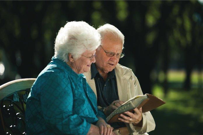 Пожилая пара в парке