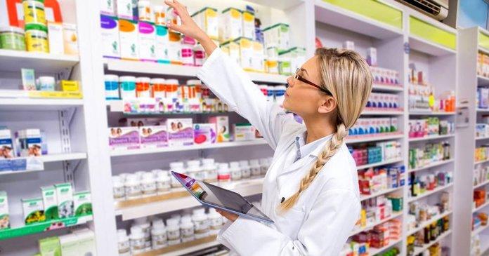 Работница аптеки