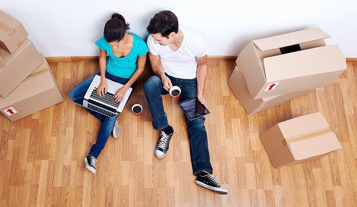 Семейная пара делает расчеты на ноутбуке