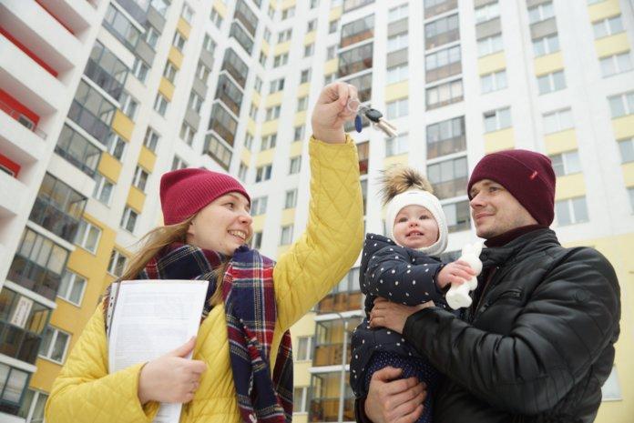 Родители с ребенкам радуются покупке квартиры