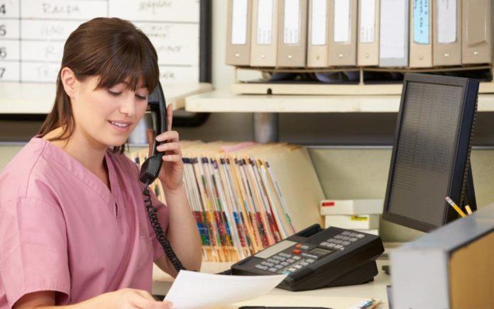 Сотрудница отвечает на звонок