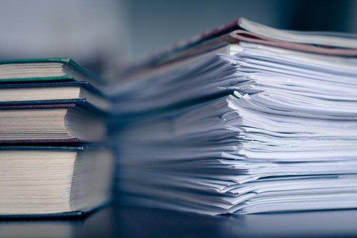 Стопки документов и книг