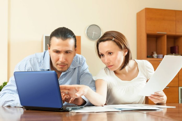 Супруги изучают документы