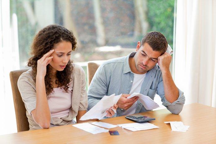 Супруги рассматривают документы