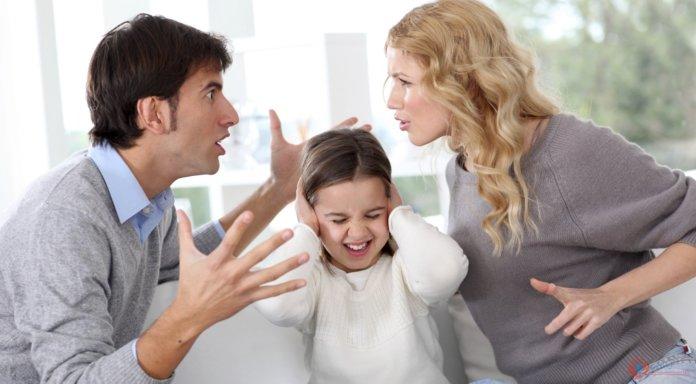 Супруги ссорятся при ребенке