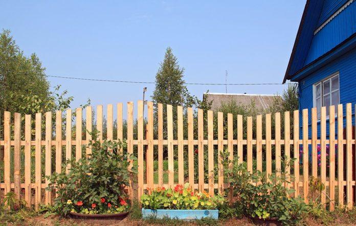 Забор у деревенского дома
