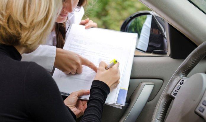 Женщина подписывает договор