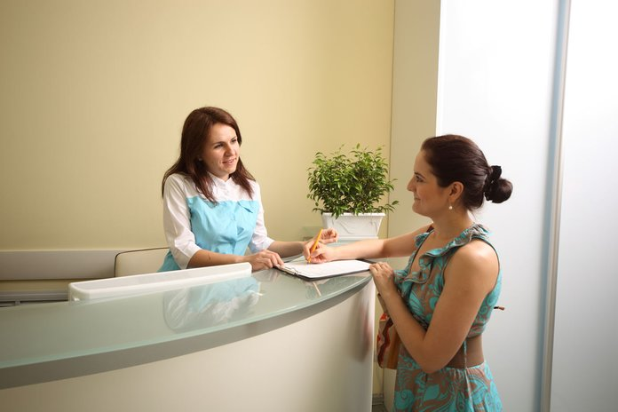 Женщина записывается на прием к врачу